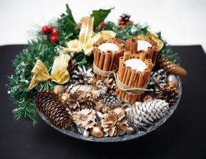 Cadeau de Noel : gui, houx, pommes de pin et bougies pour le 24 décembre